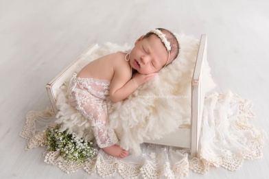 50 Cute Newborn Photos for Baby Girl Ideas 42