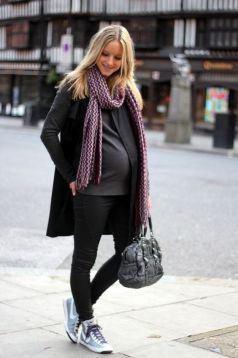 50 Comfy and Stylish Maternity Outfits Street Style Looks 25