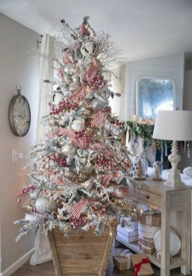 70 Catchy Silver and Gold Christmas Trees Decor You Need to See 25