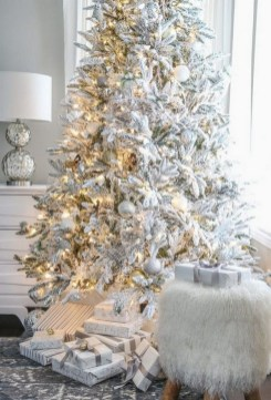 70 Catchy Silver and Gold Christmas Trees Decor You Need to See 26