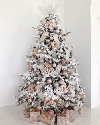 70 Catchy Silver and Gold Christmas Trees Decor You Need to See 27