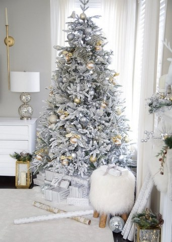 70 Catchy Silver and Gold Christmas Trees Decor You Need to See 38