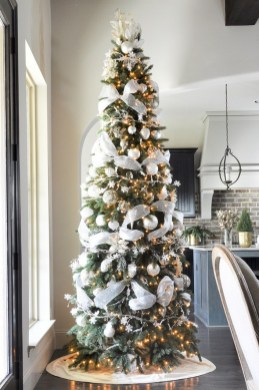 70 Catchy Silver and Gold Christmas Trees Decor You Need to See 44