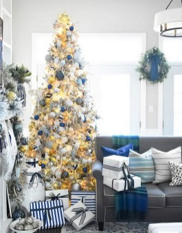 70 Catchy Silver and Gold Christmas Trees Decor You Need to See 52