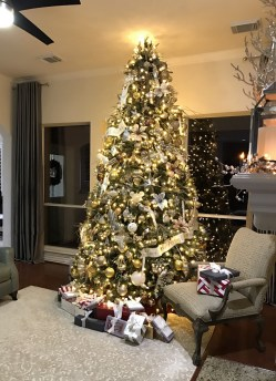 70 Catchy Silver and Gold Christmas Trees Decor You Need to See 56