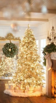 70 Catchy Silver and Gold Christmas Trees Decor You Need to See 61