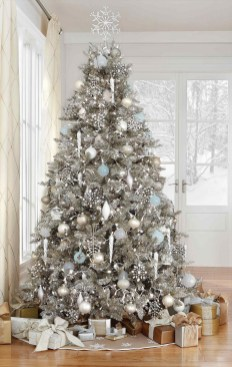 70 Catchy Silver and Gold Christmas Trees Decor You Need to See 68
