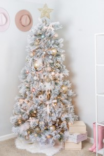 70 Catchy Silver and Gold Christmas Trees Decor You Need to See 77