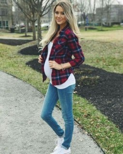 50 Comfy Jeans Outfits For Pregnant Women Ideas 03