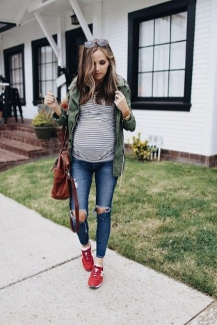 50 Comfy Jeans Outfits For Pregnant Women Ideas 44