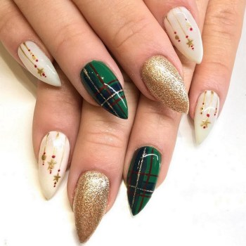 50 Cute and Festive Christmas Nail Design You Should to See 09