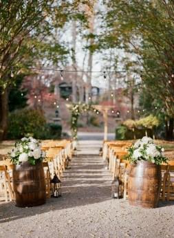 40 Romantic Rustic Barn Wedding Decoration Ideas 02