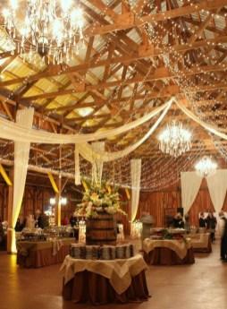 40 Romantic Rustic Barn Wedding Decoration Ideas 15