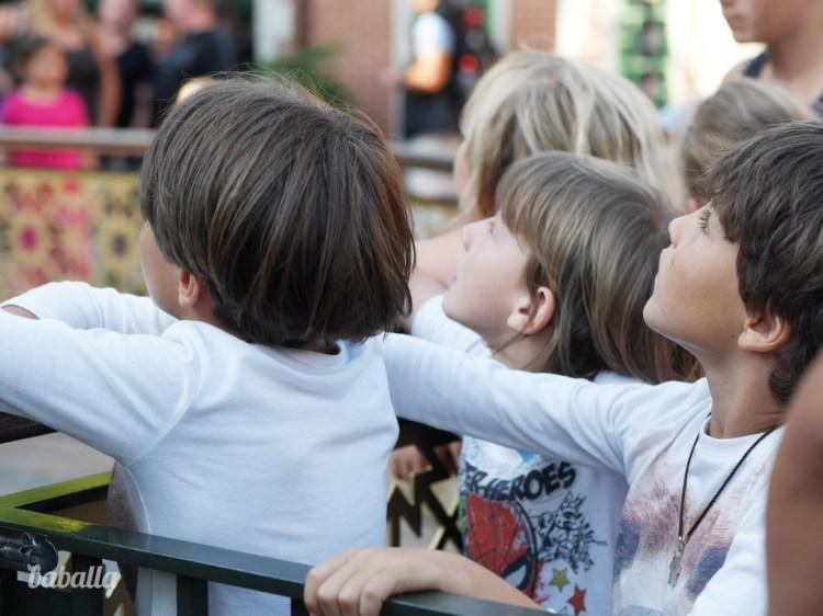 niños_mirando_atraccion