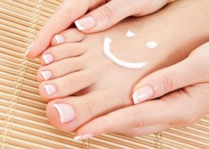 Moisturize-your-feet-pedicure-tips