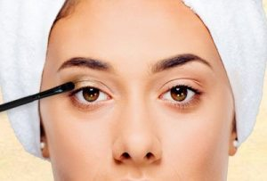 Apply-eyeshadow