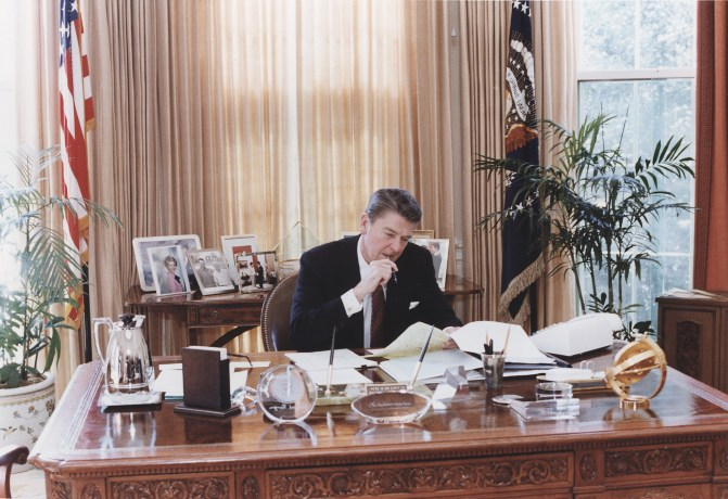 Photograph_of_President_Reagan_working_at_his_Oval_Office_desk_-_NARA_-_198526