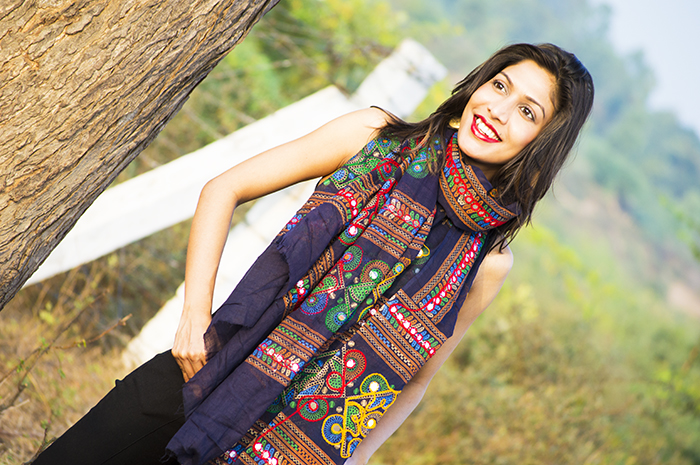 Fashion, Style, Fashion Photography, Fashion Blogger, Street Style, Outfit of the day, OOTD, Indian Stole, Indian Embroidery, All black look, Black Embroideried Stole, Scarf, Indian Colors, Elliza Donetien Pants