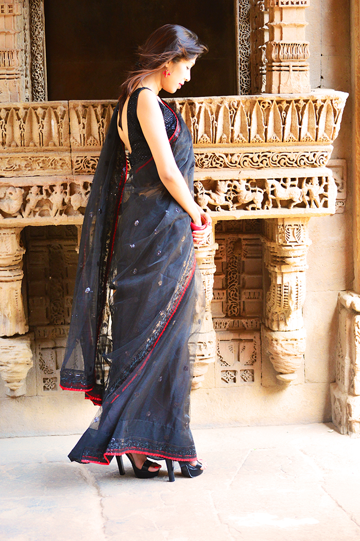 Fashion, Style, Fashion Blogger, Indian Fashion Blogger, Fashion Photography, Indian Fashion, Indian Saree, Triveni Sarees, Indian Ethnic wear, Black Saree, Adlaj Step Well