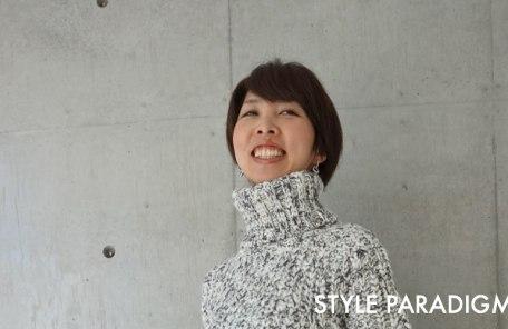 ローゲージのセーターを着て笑顔のお客様