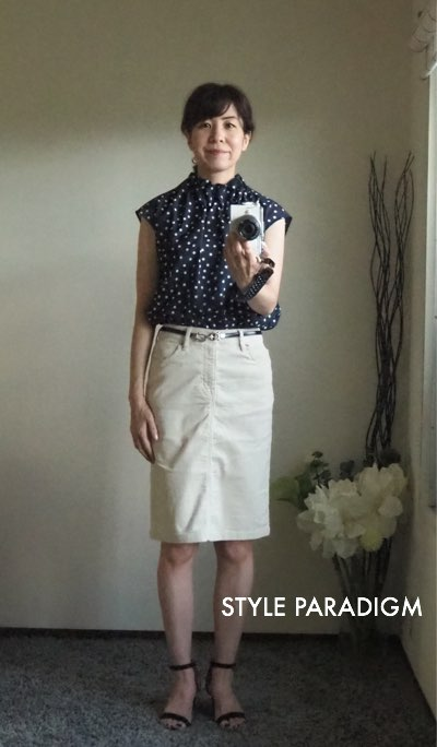 水玉のブラウスにタイトスカートを着た高尾