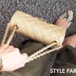 パイソン柄パンプス、チノパン、キルティングバッグを持った足元のコーディネート