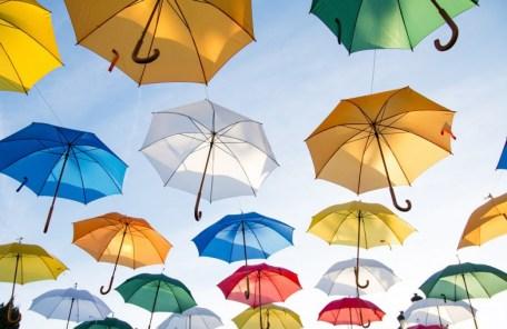 空に浮かぶ沢山のカラフルな傘