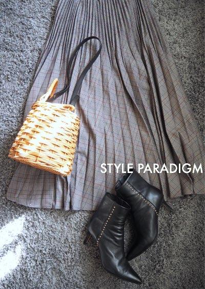 グレンチェックのプリーツスカートとカゴバッグ、ショートブーツの置きコーデ