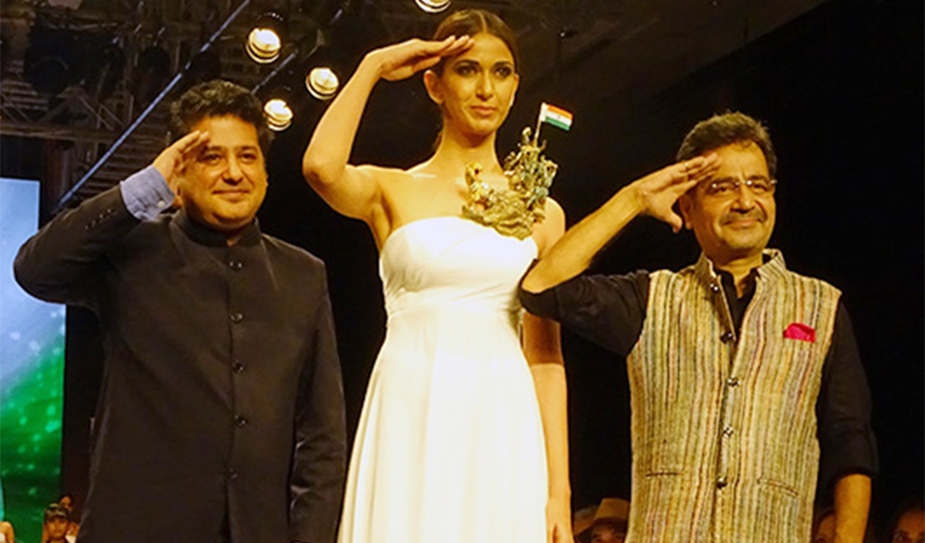 """Laksh Pahuja's The Design Maestro, Presented By HRD Antwerp Pays Tribute To Eminent Leaders And Iconic Personalities Of India Through His One-Of-A-Kind Out Of The Box Jewellery At IIJW 2017. The Model Here Is Wearing A """"Bharatnam"""" Necklace Inspired From """"Rally Of River Movement"""" PC- HRD Antwerp"""