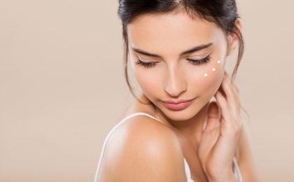 Der natürliche Schutzmantel der Haut wirkt wie eine Barriere, die sie vor schädigenden Umwelteinflüssen bewahrt. Man sollte die Haut deshalb so reinigen und pflegen, dass ihre biologische Schutzfunktion unterstützt wird.