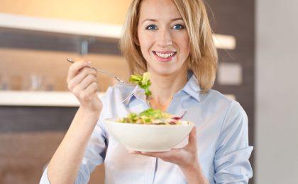 Leichte Gerichte wie Salate oder Gemüsevariationen vertragen Betroffene meist besser als deftige und scharfe Mahlzeiten.