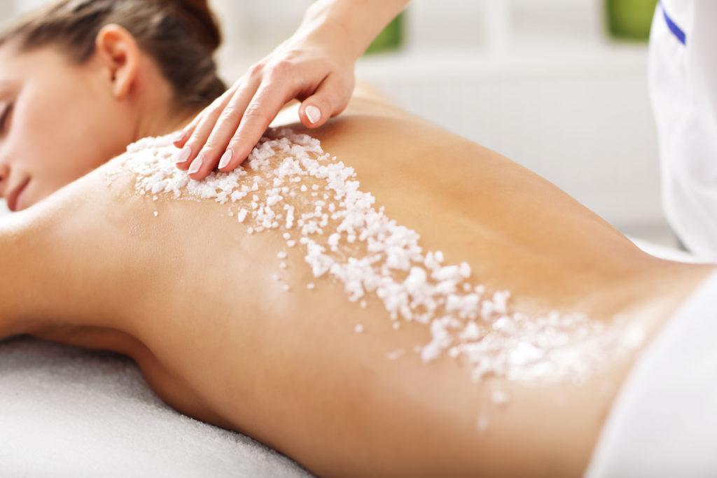 In der Kosmetik wird Salz gern für Masken, Peelings, Massagen und Bäder eingesetzt - Natürliche Kosmetik: Salz