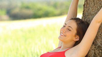 Frau geniesst den Sommer - Pickel durchs Rasieren