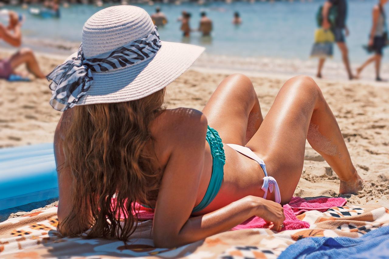 Frau im Bikini am Strand - Pickel durchs Rasieren