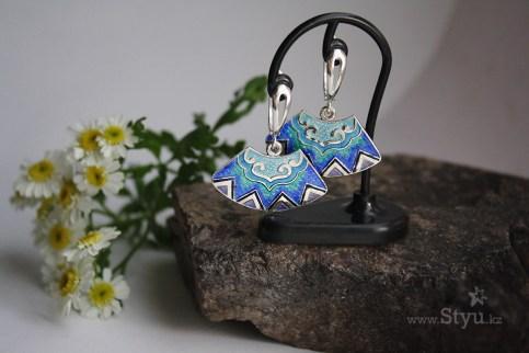 Заилийский Алатау. Горы. Выемчатая эмаль. Горячая эмаль. Серебряные серьги. Этнический орнамент