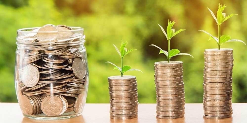 Pote de moedas para ilustrar como fazer renda extra rapidamente.