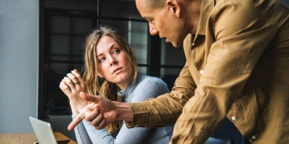 Homem orientando mulher, dando dicas financeiras para sua vida.