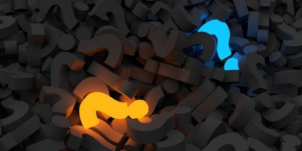 """Vários pontos de interrogação para representar perguntas sobre conceitos econômicos, tal como """"o que é SELIC""""?"""