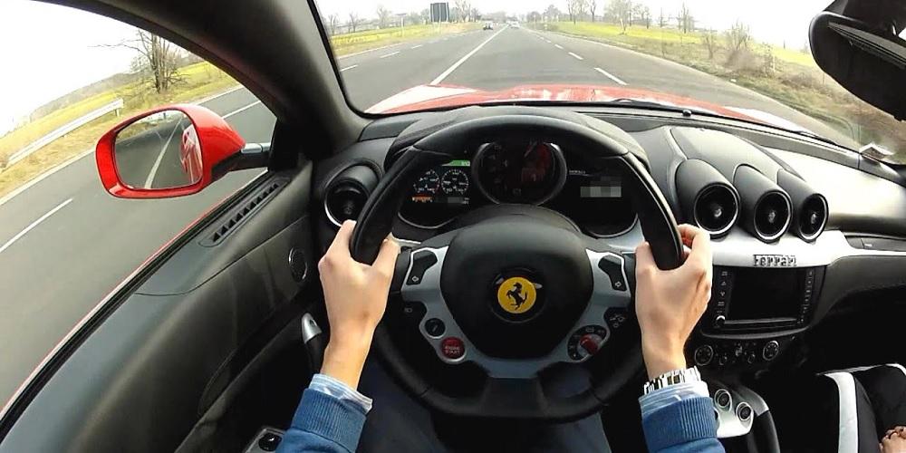 Pessoa dirigindo uma Ferrari, mostrando que já tem um futuro milionário.