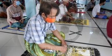 SALAT JUMAT PERTAMA: Jamaah mendengarkan khutbah jumat secara berjarak di Masjid Baitul Arqom, Perumahan Griya Satria, Sumampir, Purwokerto, Jumat (5/6). Solat jumat berjamaah tersebut pertama kali digelar usai pelonggaran pembatasan, dan dilakukan dengan prosedur kesehatan ketat. (SM/Dian Aprilianingrum-62)