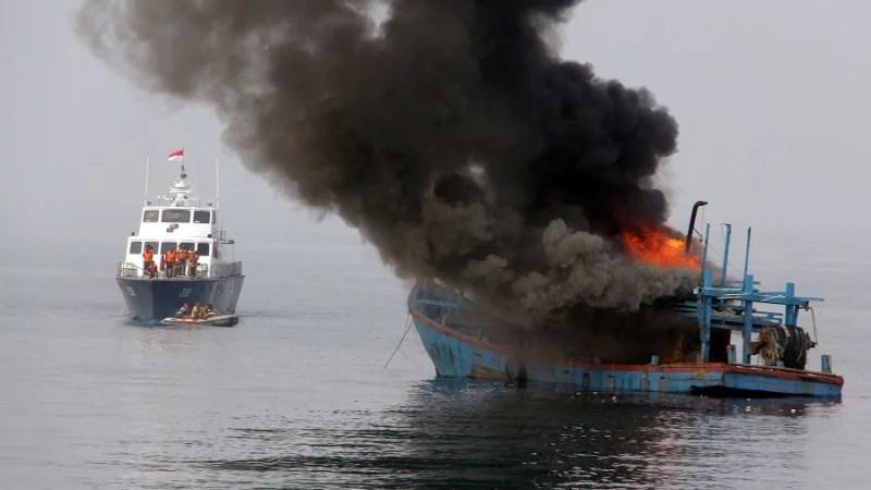 TNI AL Ternate Kembali Musnahkan Satu Kapal Pencuri Ikan