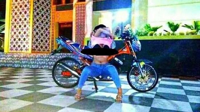 Heboh! Pose Cewek Buka Baju Pamer Bra di Depan Masjid