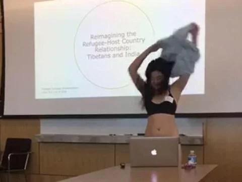 Video: Ditegur Dosen Saat Presentasi, Mahasiswi Ini Lepas Pakaiannya di Depan Kelas