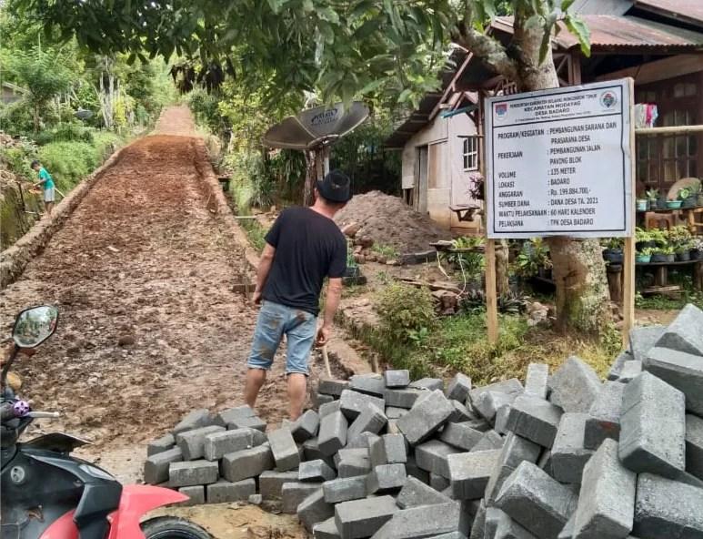 Pemdes Badaro Bangun Jalan Paving Blok Lewat ADD Tahap I Tahun 2021