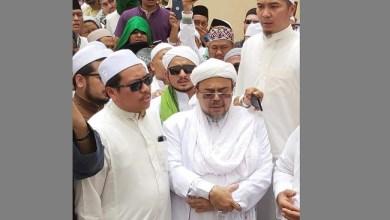 Photo of Habib Rizieq Pimpin Doa Pemakaman Mbah Moen