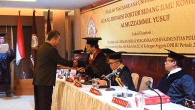 Photo of Disertasinya Bahas Aksi 212, Almuzamil Yusuf Raih Gelar Doktor