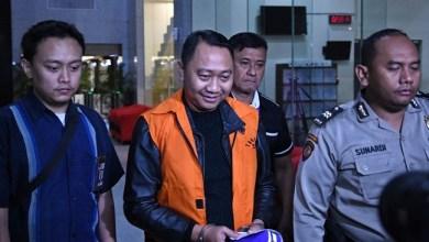 Photo of Bupati Sekaligus Ketua NasDem Lampung Utara Jadi Tersangka Korupsi, Warga Syukuran