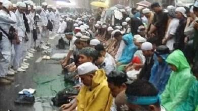 Photo of Hujan Lebat, Massa Aksi Bela Uighur di Kedubes China Jakarta Tetap Semangat