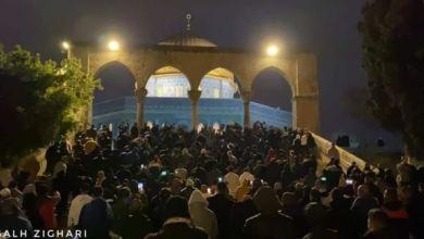 Photo of Meski Dihambat Israel, Ribuan Umat Islam Shalat Subuh di Al-Aqsa