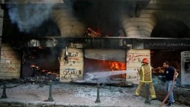 Photo of Kelaparan, Warga Lebanon Bakar Sejumlah Bank